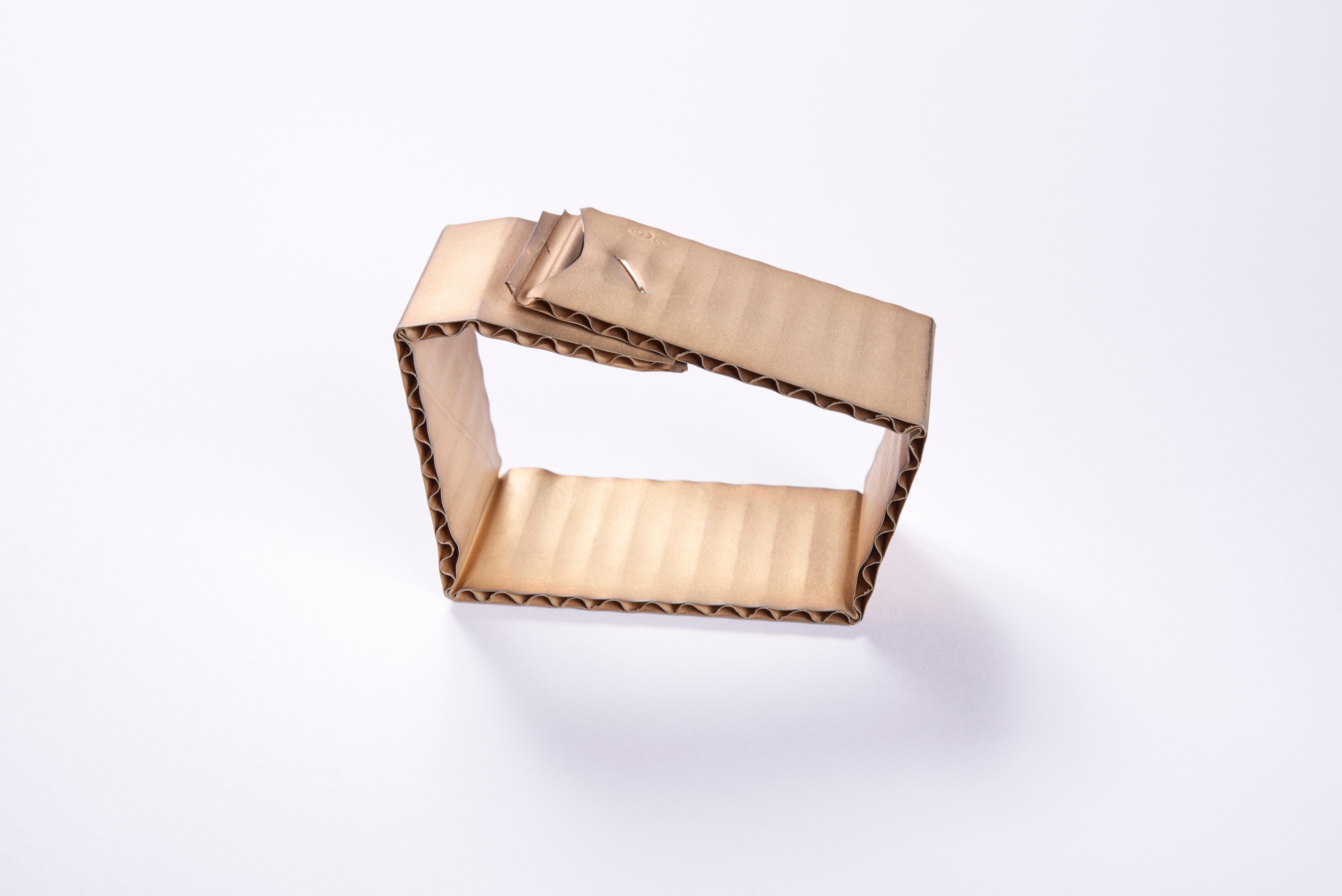 David Bielander, armband 1 uit de serie Wellpape, 2015, collectie CODA Aperldoorn.