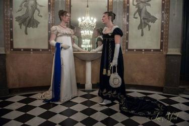 Twee dames is kostuum