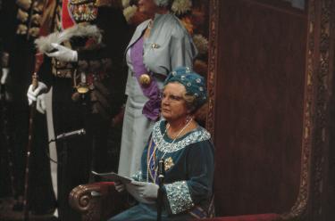 Afb. 1: Koningin Juliana leest de troonrede voor, Prinsjesdag 1968. Foto: Ron Kroon, Nationaal Archief.   Paleis Het Loo, Prinsjesdag, Hoedendag, Ascot, 1968, Koningin Juliana, troonrede, Beatrix, japon