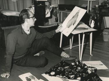 Cargelli aan het werk op de grond met een groot papier, ca. 1955.