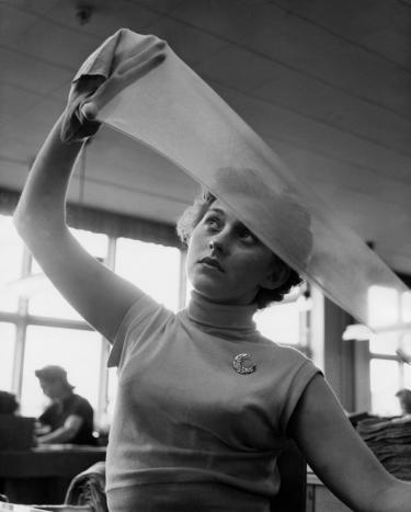 Controleren van nylonkousen, 1945, Malmö Strumpfabrik. Foto: Erik Liljeroth.