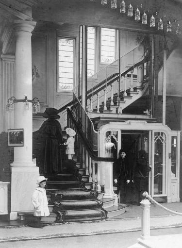 De lift met liftjongen en trappenhuis