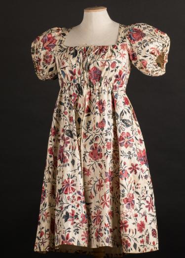 Voor- en achterkant van een lang vrouwenjak uit Friesland in Empire-stijl, gemaakt van handbeschilderde sits. Gemaakt omstreeks 1818 voor een huwelijksuitzet, de stof is ca. 1750-1775 gemaakt. Collectie Fries Museum Leeuwarden.