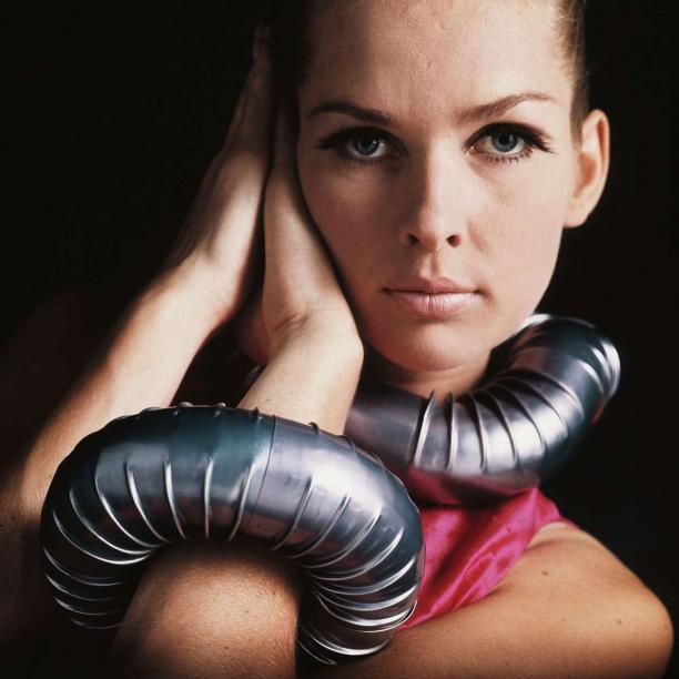 Afb. 3. Kachelpijpcollier en armband gedragen door sixties model Sonja Bakker. Foto: Matthijs Schrofer, 1967. Bron: NRC.nl.