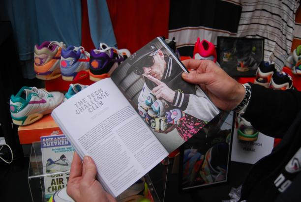 Angel Face met een Sneaker Freaker Magazine in handen waarin een artikel over zijn collectie is geschreven.