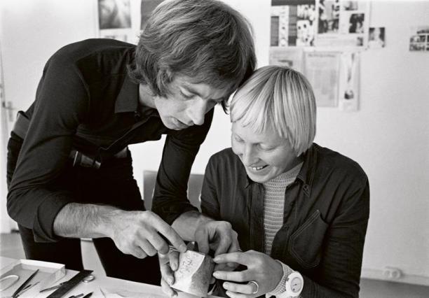 Afb. 2. Gijs en Emmy in atelier in Amersfoort, foto uit een reeks kunstenaarsportretten, 1971-1972. Foto: Eva Besnyö. Bron: Stedelijk.nl.