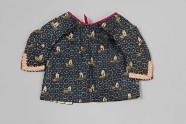 Babyborsikkie voor kind in de baker (met bedrukte katoen of Europese sits?), 1850 - 1950, collectie Zuiderzeemuseum.
