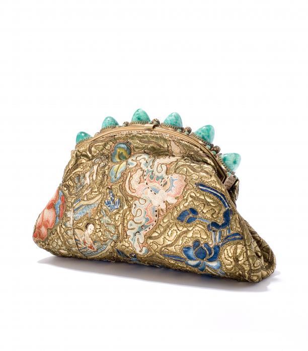 Onderarmtas, geborduurd goudleer en zijde, 1950-1960, Tassenmuseum.