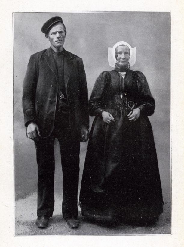 Grietje Calis-Zwanikken en haar man Gijsbert Calis, gefotografeerd op het Museumplein in Amsterdam, tijdens het Klederdrachtenfeest op 12 september 1913.