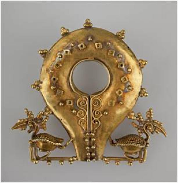 Oorsieraad mamuli, goud, 5,5 x 6 x 1,5 cm, vroeg 20e eeuw, Sumba, NusaTenggara, Indonesië, RV-Liefkes-335, Stichting Nationaal Museum van Wereldculturen.
