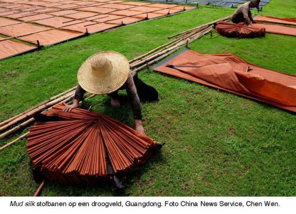 Blog Modemuze Sjoukje Telleman Symposium Zijde Textielcommissie. Mud silk stofbanen op een droogveld, Guangdong. Foto China Newa Service, Chen Wen