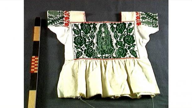 Blouse met afbeelding van de Virgen de Guadalupe, katoen, 1975,collectie Stichting voor het Museum van Wereldculturen.