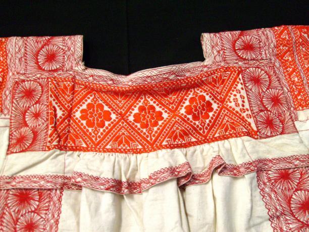 Witte blouse met rode bloemmotieven, katoen, voor 1975, collectie Stichting voor het Museum van Wereldculturen.