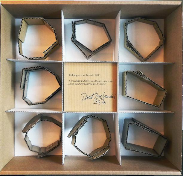 Vier armbanden van gepatineerd zilver uit de serie 'Wallpepe', met de originele kartonnen proefmodellen, David Bielander, 2015, collectie CODA Apeldoorn.