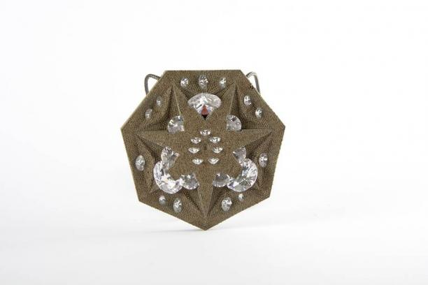 Adam Grinovich, Badge 4, halsketting met zeskantige hanger van staal met zirkoniastenen, 2017, collectie CODA Apeldoorn.