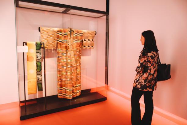 Kente kimono van het merk Wafrica, Serge Mouangue, collectie Nationaal Museum van Wereldculturen. Aangekocht met steun van Het Mondriaan Fonds. Foto: Kirsten van Santen