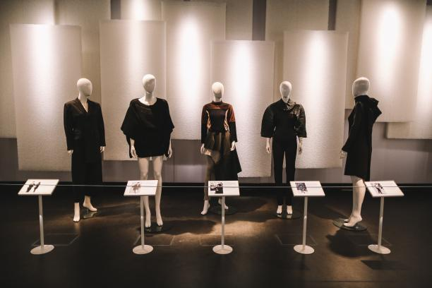 Van links naar rechts: Yohji Yamamoto, Comme des Garçons (2x), Issey Miyake, Ann Demeulemeester, bruikleen Centraal Museum en Gemeentemuseum. Foto: Kirsten van Santen