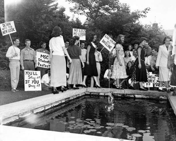 Mannelijke studenten protesteren tegen de langer geworden zoom van de rok, Michigan State University, 1947. Via: Cassie Stephens (Blogspot).