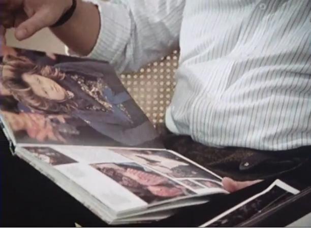 Koos vertelt over zijn werk en de gelijkenis met Nederlandse klederdrachten in de documentaire The Dutch Connection, 1982.