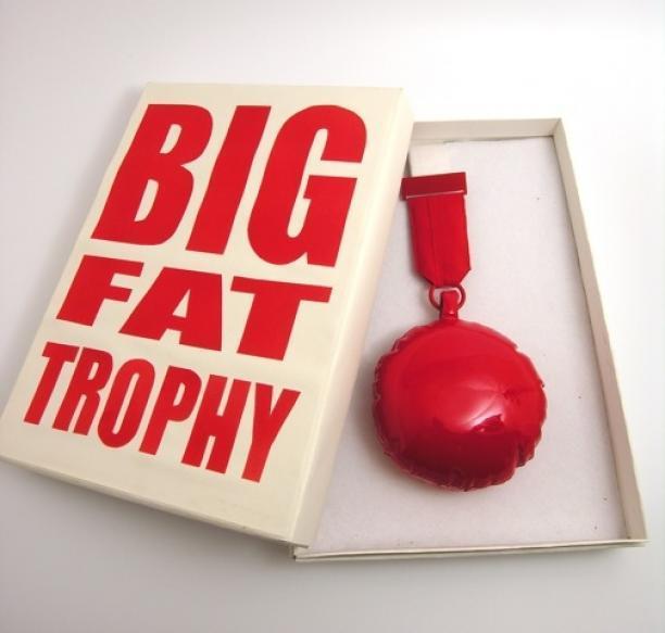 Noon Passama, My Big Fat Trophy voor Ted Noten, uitreiking van de Françoise van den Bosch Prijs, 2008. Het object maakt deel uit van de Françoise van den Bosch-collectie in beheer bij Stedelijk Museum Amsterdam. Foto: Stichting Françoise van den Bosch.