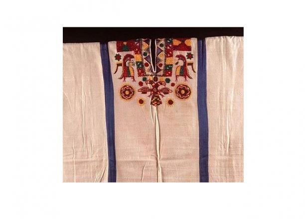 Detail van een huwelijkshuipil met het motief van de adelaar met twee hoofden, katoen, fabrieksgaren 1967, collectie Stichting voor het Museum van Wereldculturen.