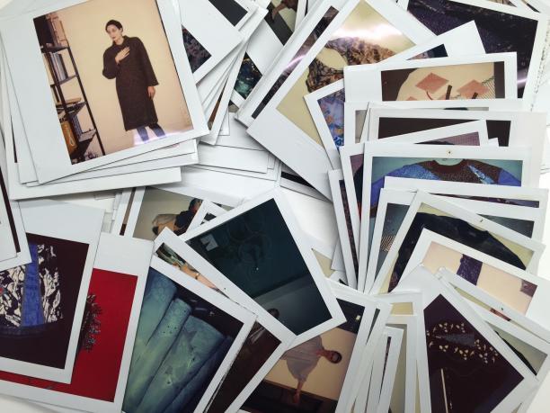 Stapels polaroids uit het archief van Koos uit de jaren zeventig en tachtig, archief Modekern.