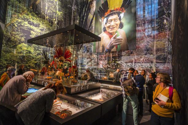 Tentoonstellingsbeeld De Grote Surinametentoonstelling, ruimte gewijd aan Inheemse cultuur, De Nieuwe Kerk, Amsterdam. Foto: Evert Elzinga