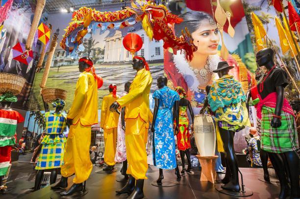 Tentoonstellingsbeeld De Grote Surinametentoonstelling, De Nieuwe Kerk, Amsterdam, ruimte gewijd aan kleding van de verschillende groepen in Suriname. Foto: Evert Elzinga
