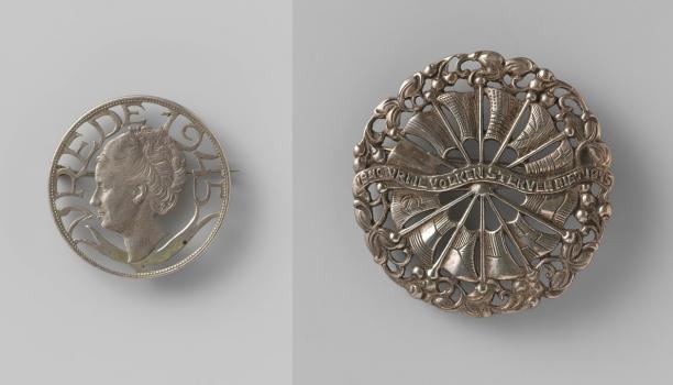 Anoniem, twee broches van na de bevrijding, 1945. Collectie Rijksmuseum (BK-2010-2-410 en 7)