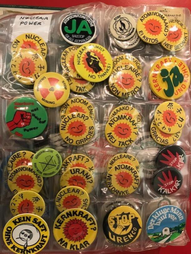 Verschillende varianten: Atoomenergie? Nee, bedankt! Collectie buttons Paul Derrez en Willem Hoogstede