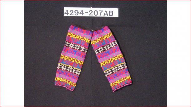 Losse gebreide wollen mouw, voor 1976, Stichting Nationaal Museum van Wereldculturen. Dergelijke mouwen worden dagelijks gedragen door mannen.